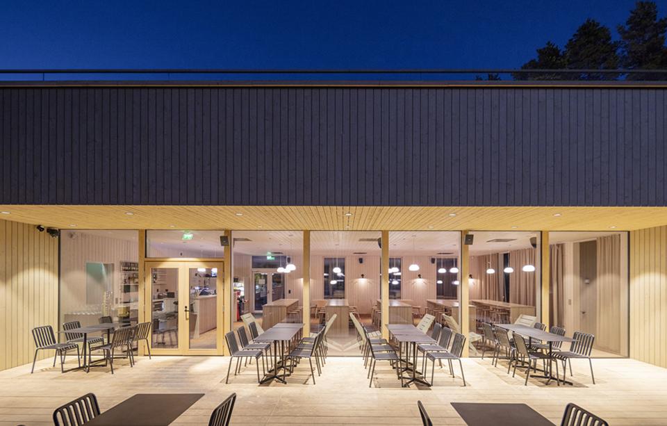Saunaravintola Kiulu ulkoa näkymä sisälle